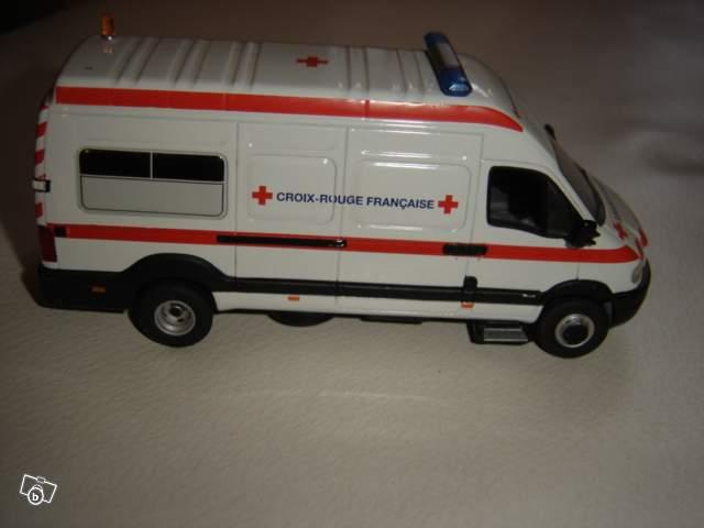 Mod le r duit ambulance renault mascott croix rouge norev for Garage renault chambon la grand croix